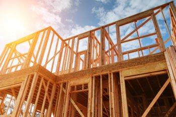 Structure en bois d'une maison en construction dans le nord